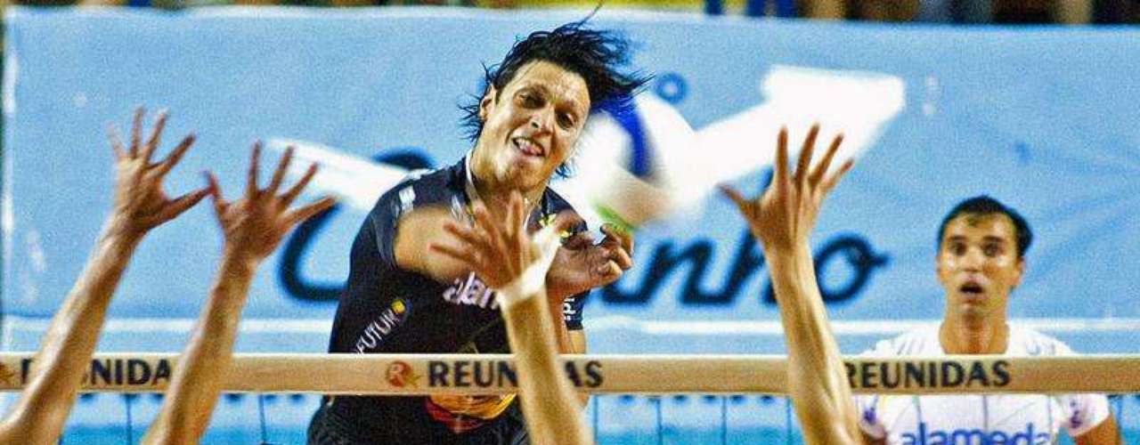Michael Dos Santos ha sido el primer jugador profesional de voleibol en revelar su homosexualidad. Lo hizo cuatro días después de un partido disputado en 2011 en el que los aficionados opuestos en repetidas ocasiones le reprocharoncon insultos homofóbicos su rendimiento. El equipo salió en apoyo de Dos Santos.