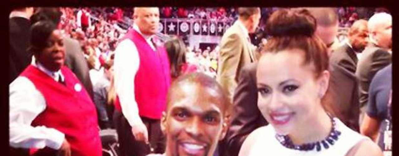 Y, por último, Chris Bosh tuiteó esta foto de él y su familia con el trofeo que ganó con el Este.