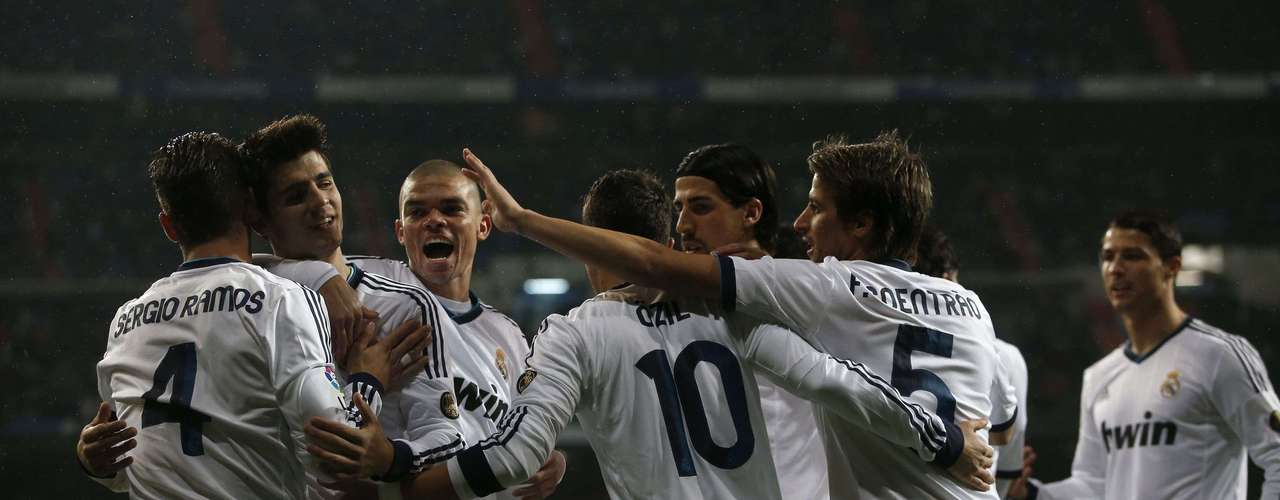 Alvaro Morata celebrates with his teammates after scoring Real madrid's first goal.