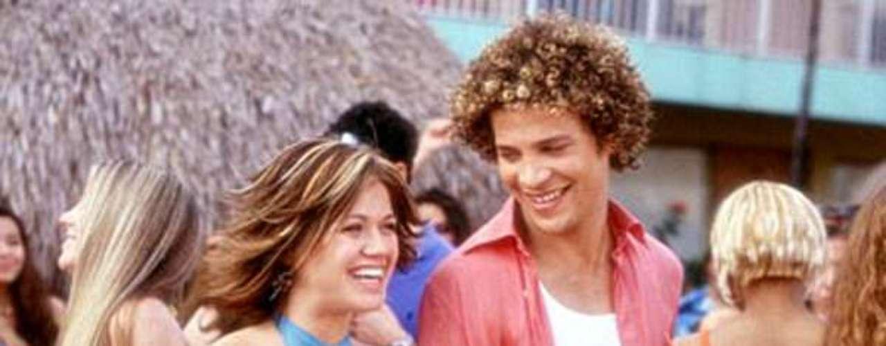 'From Justin to Kelly': Luego del éxito de la primera temporada de American Idol, los productores decidieron extender los minutos de fama sobre dos adolescentes que se enamoran en la playa y deciden cantar y bailar para celebrarlo.