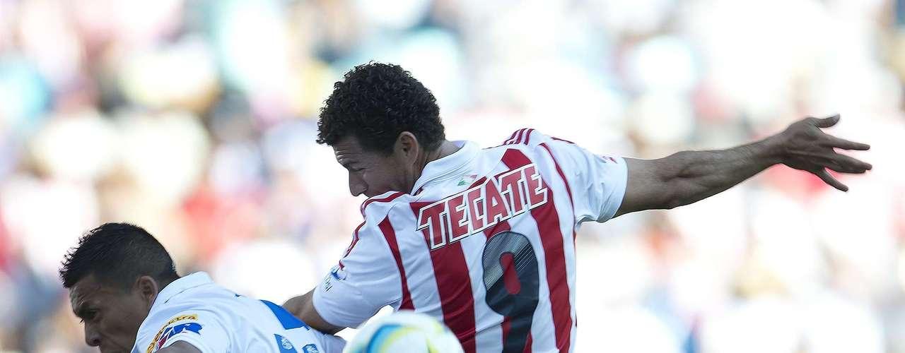 Miguel Sabah cabecea ante la marca de Michael Orozco, pero el '9' de Chivas sigue sin puntería.