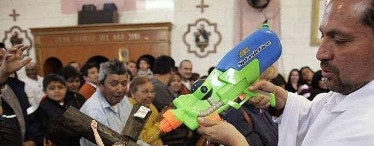 The use of the plastic pistol came after the shootings in Saltillo, sparking fear among the inhabitants. The pastor received a toy as a gift from a child and when he uses it notes: I love shooting, but with blessings; receive this sign of the holy water.