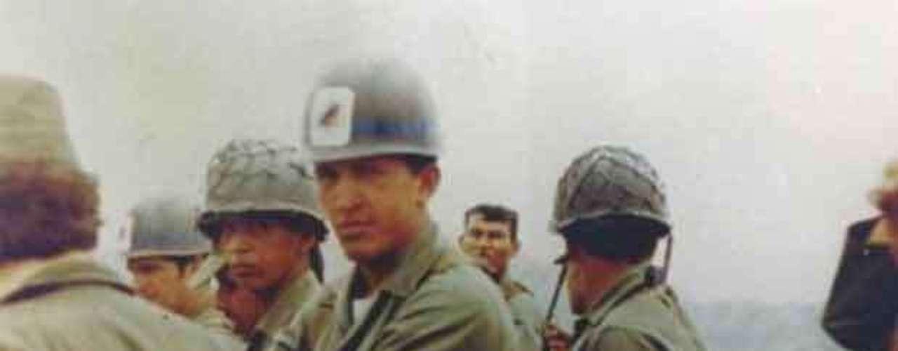 El presidente de Venezuela, Hugo Chávez, fotografiado durante sus años en el Ejército.