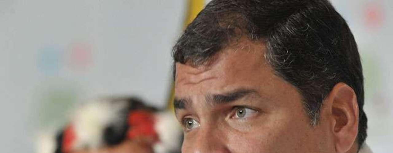 En su juventud, Rafael Correa jugó al futbol; se autodefine como un buen defensa marcador. Sus 11 operaciones en la rodilla se deben en gran medida a los años que practicó este deporte.