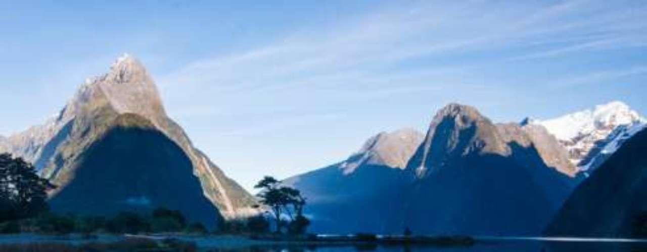 5 - Milfour Sound, Nueva Zelanda. Se encuentraa15 kilómetros tierra adentro del Mar de Tasmania, y rodeado de cumbres de más de 1000 metros de altura. Vegetación virgen, lluvias, acantilados, pinguinos, focas, delfines son parte de la fauna que habita en sus aguas.