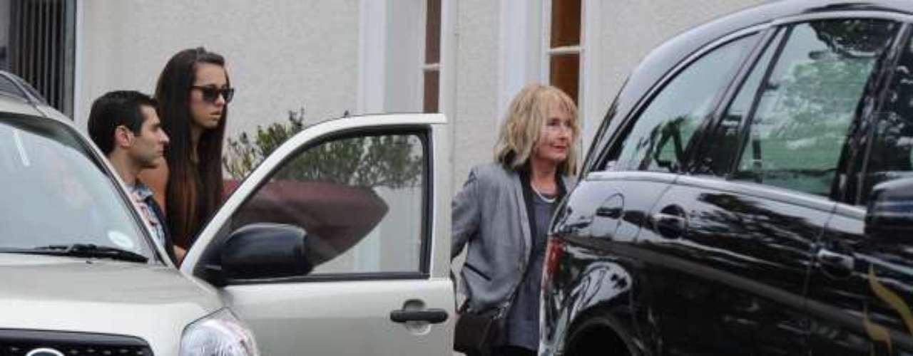 La madre de la victima llega al funeral.