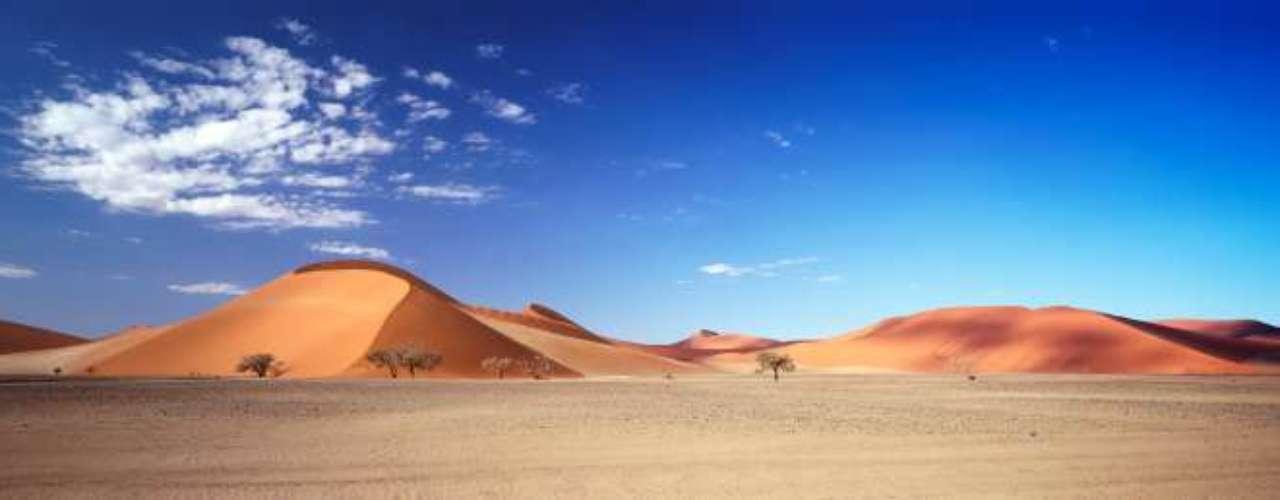 10- Sossusvlei, Namibia.Sossusvlei es un salar en el Desierto de Namibia central, que está dentro del Parque Nacional Namib-Naukluft. Alimentado por el Río Tsauchab, es conocido por las altas dunas de arena roja que lo rodean, formando un importante mar de arena