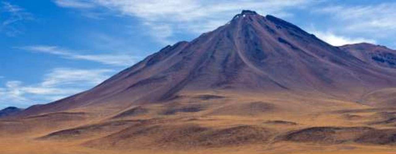 3- Desierto de Atacama, elegido como el tercer lugar natural más atractivo del mundo. Ubicado en Chile, es el desiertomás seco del mundo, pueden encontrarse en élsalares, termas y geisers, grandes minas de cobre y otros minerales.