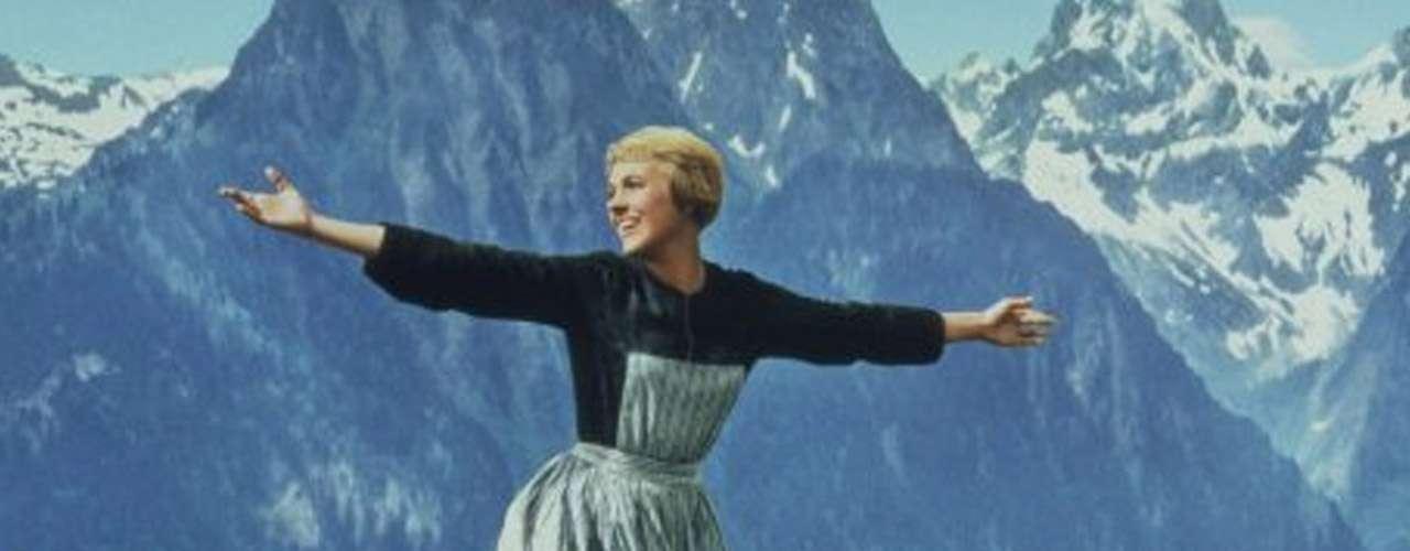 'La Novicia Rebelde': La fascinante historia real de una novicia austriaca que se vuelve institutriz de los hijos de un capitán viudo, con el cual se casa y forma un grupo coral que los ayuda a huir del régimen nazi en su país, fue un musical muy exitoso y más aún como filme. En 1965 Julie Andrews protagonizó el filme, que obtuvo 5 premios de la Academia (de 10 nominaciones): mejor película, mejor director, mejor música, mejor edición y mejor sonido.