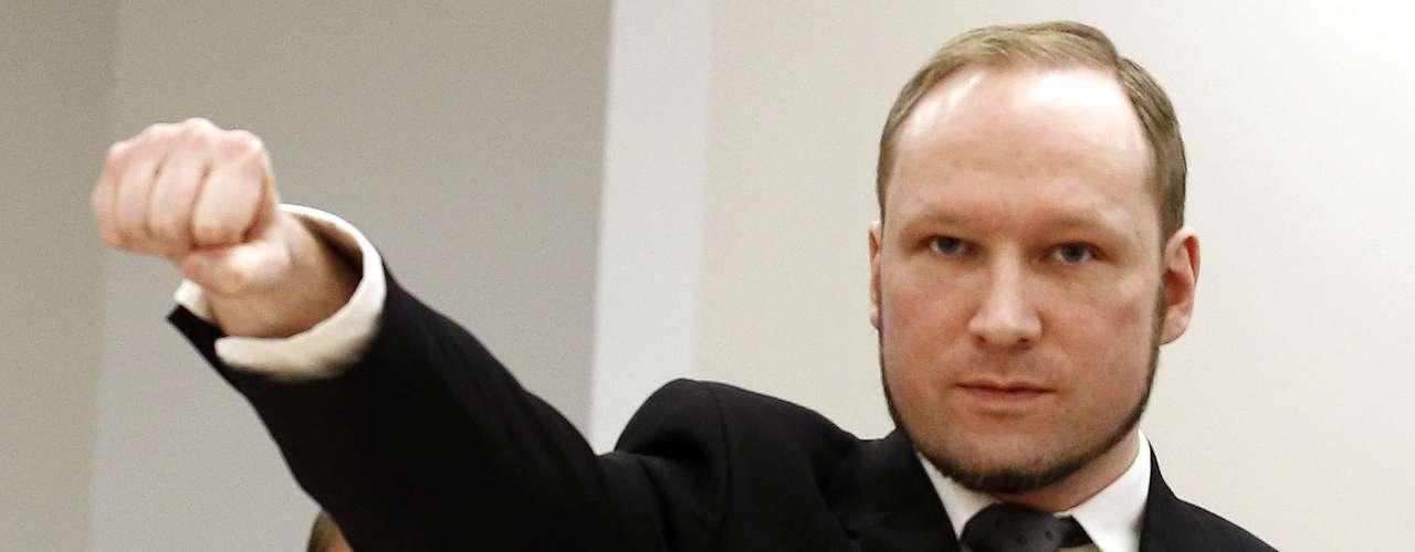 Pero, ¿cuál fue el motivo de semejante acción por parte de Lanza? Anders Breivik, el noruego que el 22 de julio de 2011 mató a 78 personas. Al parecer, y de acuerdo a lo informado por la cadena CBS en Estados Unidos, Lanza estaba obsesionado con Breivik y quería quebrarle el récord de muertes. El joven miraba videojuegos en su casa en Newtown durante horas y todo indica que en su mente, pudo haber estado 'jugando' un video juego para 'ganarle' a Breivik aquel nefasto día de diciembre de 2012.