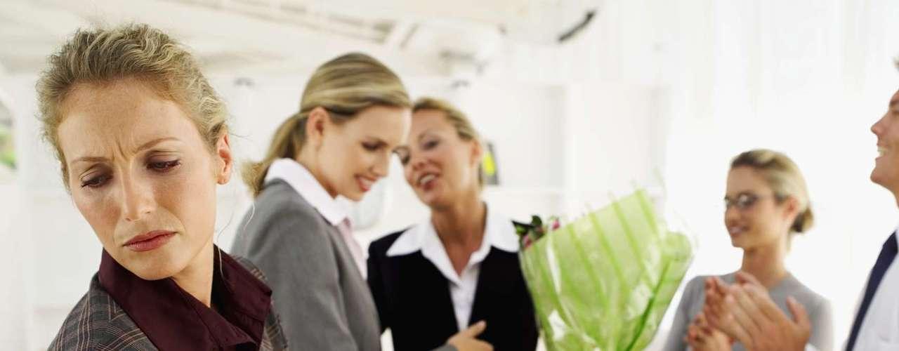 2. La nueva compañera o nuevo compañero de trabajo podría ser un galán de tv o una supermodelo. Suponiendo que el lugar de trabajo es un caldo de cultivo para las nuevas relaciones, se trata de una situación potencialmente peligrosa.