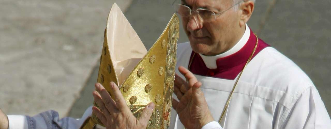 Mitra. Es el tocado que lleva el Papa sobre la cabeza. Antes del siglo XI los obispos no llevaban ninguna prenda litúrgica sobre la cabeza, pero a partir de entonces la empezaron a usar, como signo de la santidad que debe resplandecer en quien ha sido constituido por Cristo.