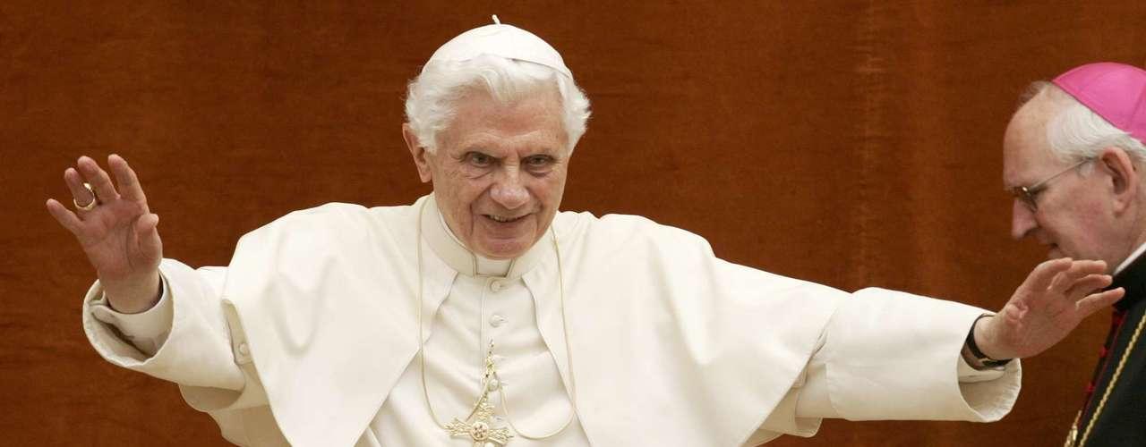 Sotana. Cuando se ha designado un nuevo Papa, éste recibe una sotana y un fajín de color blanco. La entrega se realiza en un salón adjunto a la Capilla Sixtina conocido como \