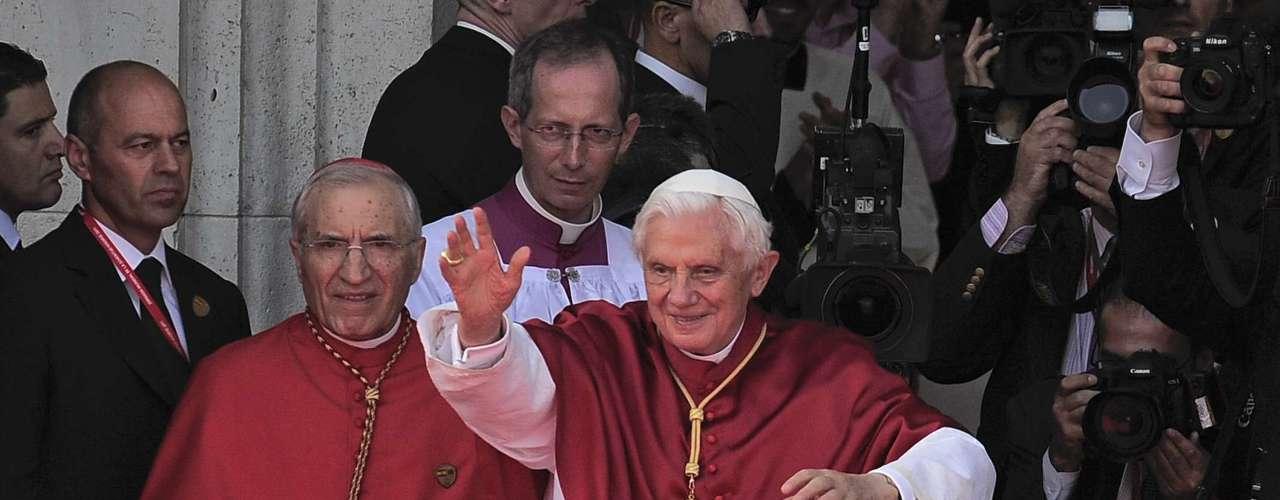 Cruz pectoral. Se usa sobre el pecho y consiste en una cruz adornada con piedras preciosas. Es usada además por los sacerdotes de grados superiores y simboliza a la de Jesucristo. El cordón del Papa es dorado, mientras que el de otros sacerdotes es rojo o verde, según el rango.