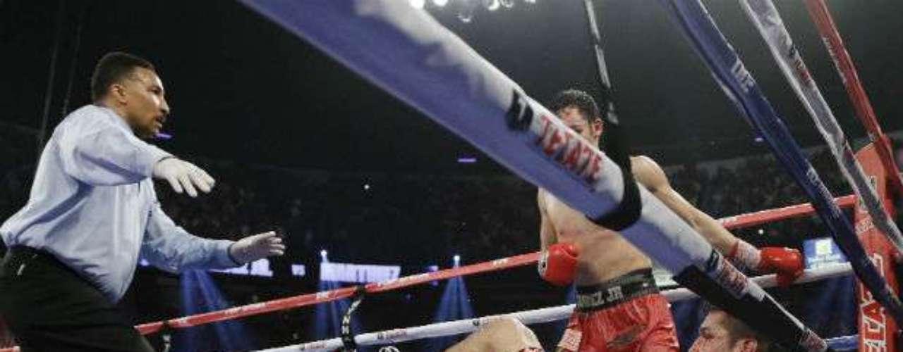 Aunque hay que recordar que al argentino estuvo a punto de írsele el triunfo de las manos, ya que el mexicano lo derrumbó en un onceavo y dramático round la noche del 15 de septiembre de 2012.