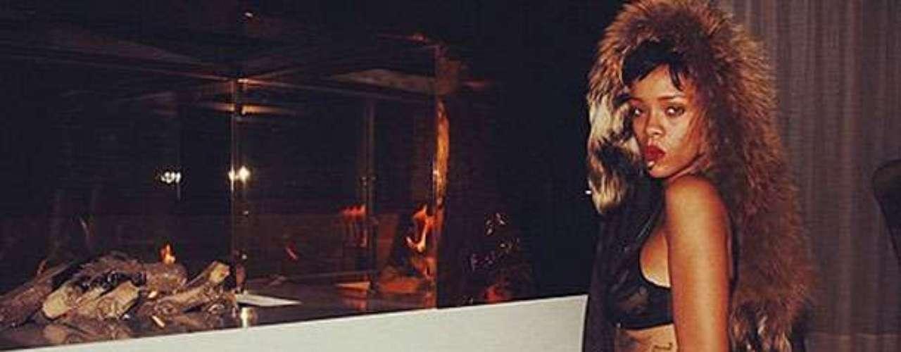 Rihanna suele compartir imágenes bastante comprometedoras en redes sociales. No tiene necesidad de decir que fueun hacker, pues varias fotos suyas casi desnuda han sido publicadas por ella misma en Twitter.