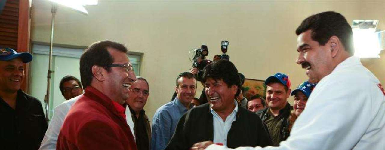 El hermano del mandatario venezolano y gobernador del estado Barinas (este), Adán Chávez, saludó eufóricamente a Evo, expresando su agradecimiento por la visita. Líderes del chavismo acompañaron a las figuras políticas que conversaron, entre otras cosas, de la política del país.