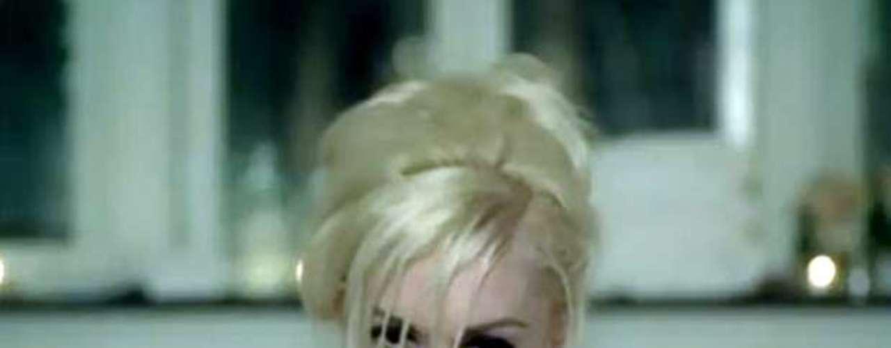 En el 2007, Gwen Stefani sorprendió alaparecer sensual,desde un jacuzzi lleno de espuma, en el video \
