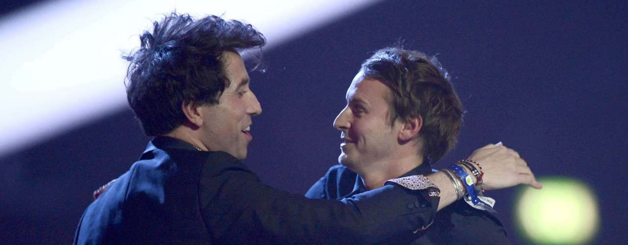 Singer Ben Howard (R) is presented with the British Breakthrough Act award by television presenter Nick Grimshaw at the BRIT Awards, celebrating British pop music, at the O2 Arena in London February 20, 2013.  REUTERS/Dylan Martinez (BRITAIN  - Tags: ENTERTAINMENT SOCIETY) FOR EDITORIAL USE ONLY. NOT FOR SALE FOR MARKETING OR ADVERTISING CAMPAIGNS.