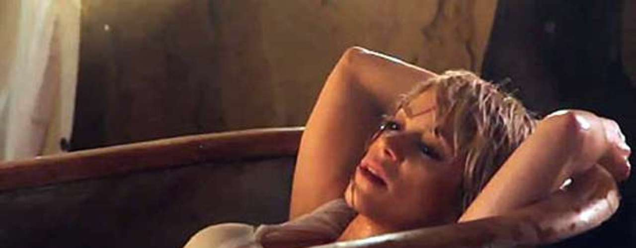 La fiebre de meterse con poca ropa en una tina contagió a Shakira en el material audiovisual del tema \