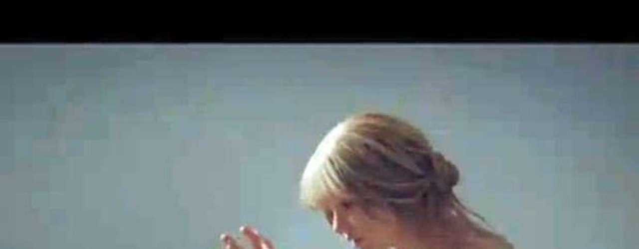 Taylor Swift también utilizó el poder de la bañera en un videoclip, pero de una forma más recatada, ya que en el material audiovisual de \