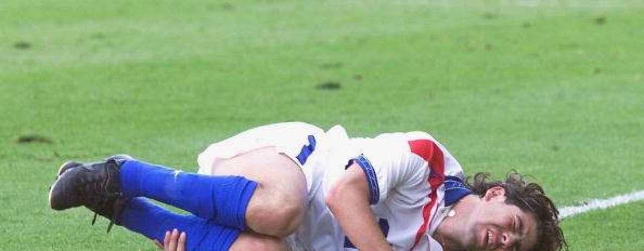 MARCELO SALAS. En octubre de 2001, jugando para la Juventus de Turín, el Matador se quebró el ligamento cruzado anterior de la rodilla derecha, lo que hizo que su estadía en la Vecchia Signora fuera más complicada de lo esperado debido a que debió parar durante medio año.