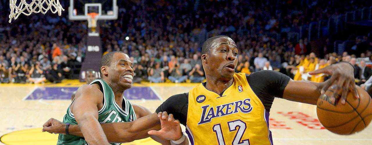 Celtics vs. Lakers: Dwight Howard (12) gana la pelea por el balón a Jason Collins.