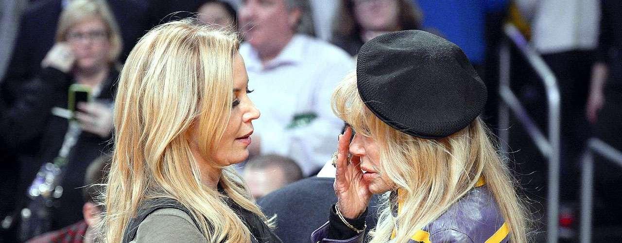 Celtics vs. Lakers:Jeanie Buss, hija del dueño y vicepresidente ejecutiva de Los Ángeles es consolada por la actrizDyan Cannon.