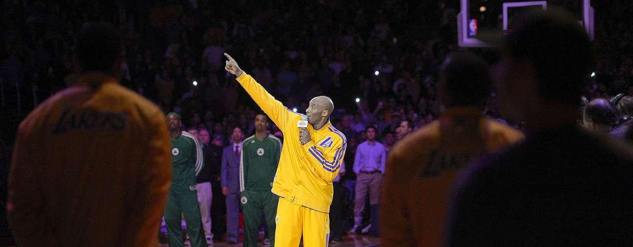 Celtics vs. Lakers:Kobe Bryant habla a los aficionados durante el homenaje al fallecidoJerry Buss antes del partido ante Boston.