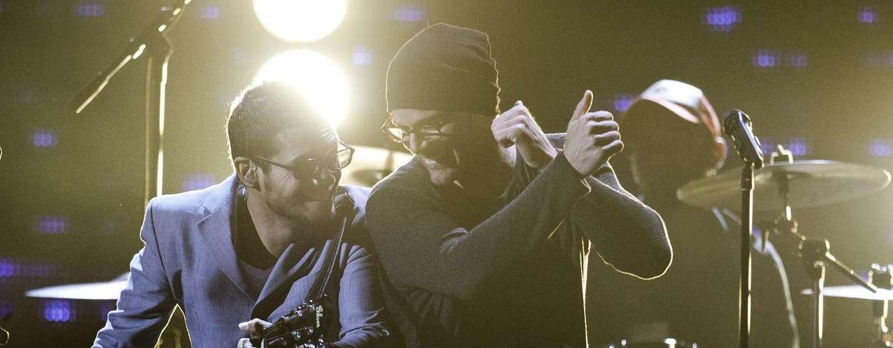 Ricky Martin y Draco Rosa muestran la buena sintonía que aún existe entre ellos durante los ensayos de su próxima actuación.