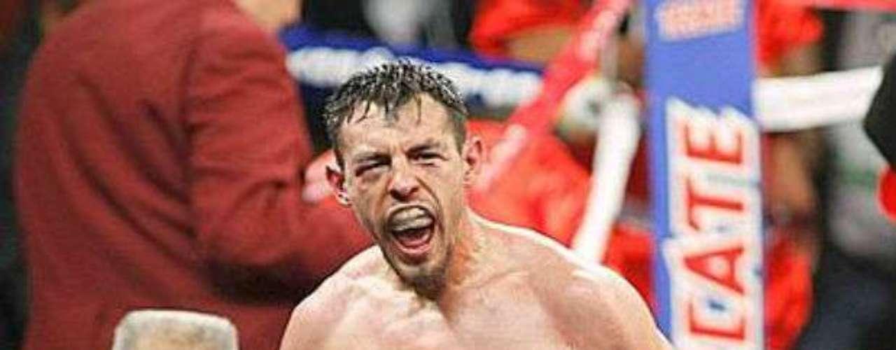 Ha sido campeón mundial ganando cinco títulos en cuatro diferentes divisiones.