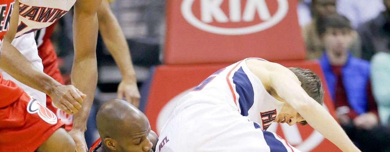 Heat vs. Hawks:Joel Anthony (50) yKyle Korver (26) disputan la posesión del balón.