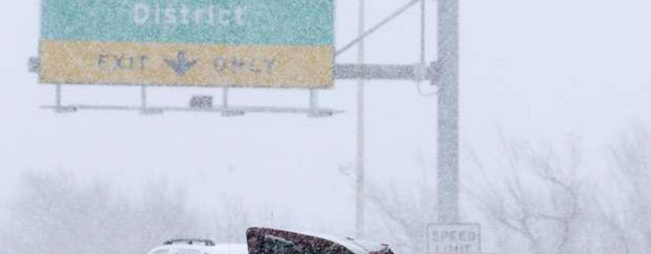 En Oklahoma, las carreteras ya estaban resbalosas el miércoles con aguanieve que, de acuerdo con las autoridades, había causado la muerte de un joven de 18 años en un accidente automovilístico.