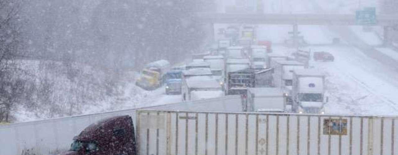 Por el sur del estado de Kansas, la lluvia congelada y el aguanieve ya habían creado condiciones riesgosas para los conductores en las carreteras.