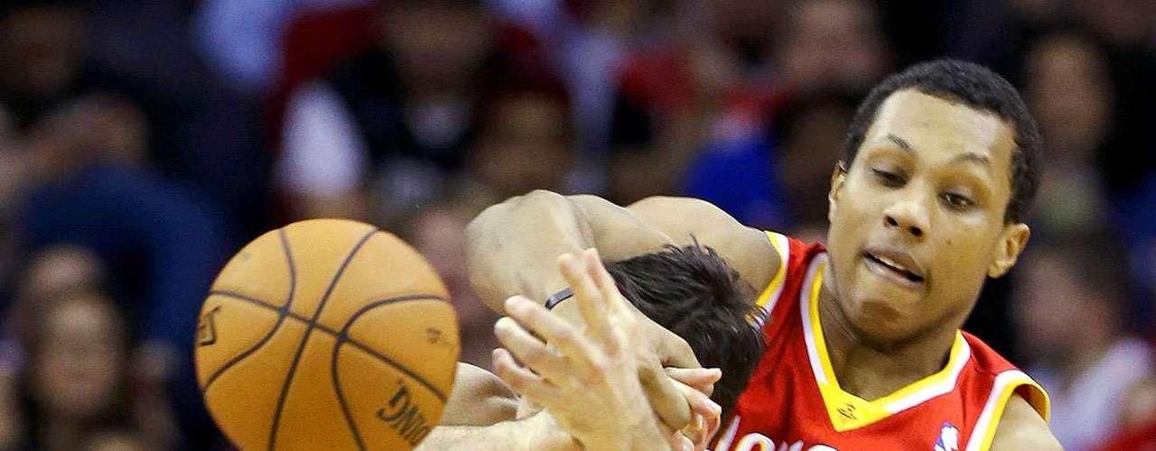 Thunder vs. Rockets:Nick Collison (4) recibe una falta de parte deGreg Smith.