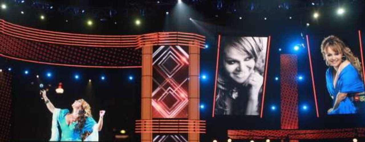 La desaparecida cantante Jenni Rivera fue reconocida como: Artista Femenina del Año en Pop / Álbum del Año: \