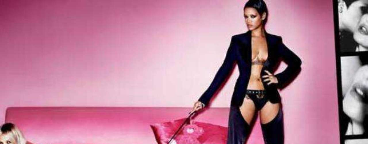 En las imágenes, la cantante y la modelo posan en una habitación rosa y lucen prendas muy sensuales de color negro, tacones altos  e incluso portan látigos.