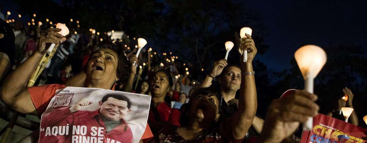 Cientos de venezolanos realizaron una vigilia y oraron por la recuperación del presidente Hugo Chávez, que permanece en un hospital recibiendo tratamiento tras sufrir complicaciones luego de una delicada intervención quirúrgica contra el cáncer, a la que se sometió en diciembre.