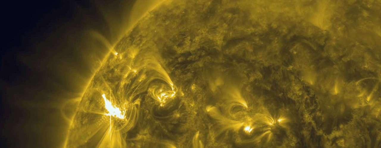 Las manchas solares se forman a partir de los campos magnéticos cambiantes en la superficie del Sol y son más frías que el material circundante solar.