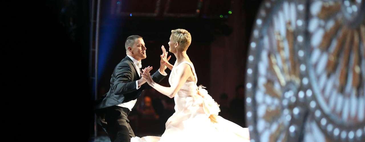 Así se vieron desde la parte lateral del escenario los actores Channing Tatum y Charlize Theron al ejecutar una impecable coreografía que puso de manifiesto su gran talento también para este arte.