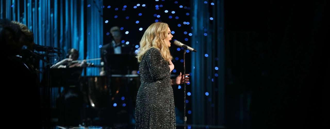 Uno de los momentos más sublimes de la noche fue la presentación de la cantante Adele sobre el escenario, quien interpretó 'Skyfall', canción que luego le mereció la estatuilla de oro.