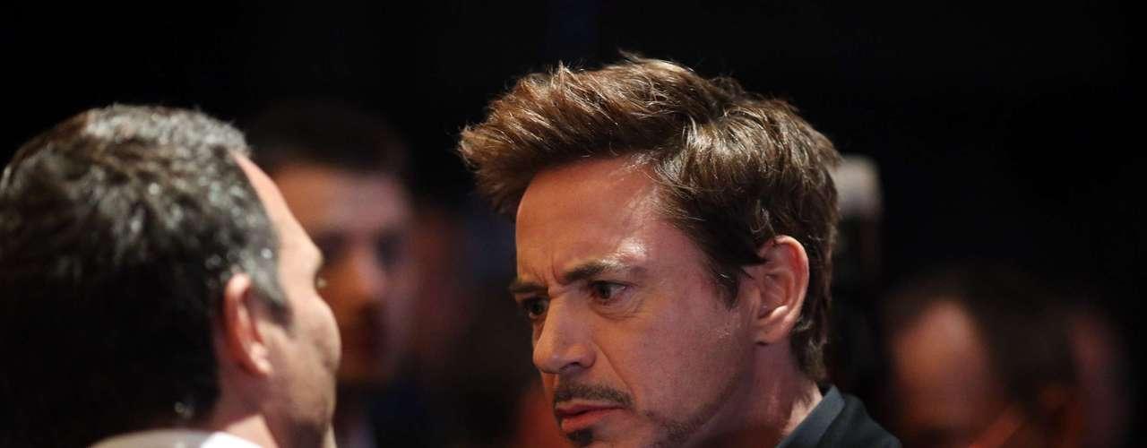 Robert Downey Jr. mantiene una interesante charla fuera de las cámaras.