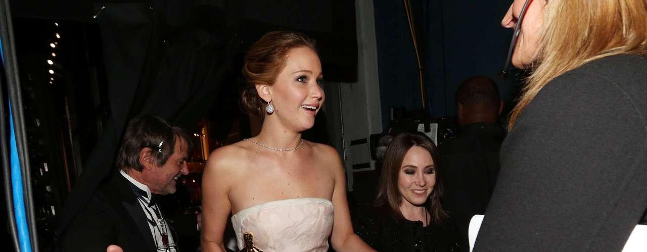 Sin salir de su asombro tras obtener la estatuilla de oro por Mejor Actriz Principal, Jennifer Lawrence llega a los bastidores.