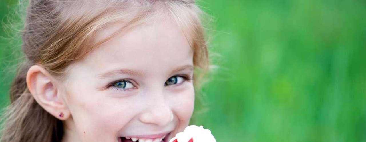 Al intentar eliminar los residuos de comida de las placas dentales para evitar que se desarrollen enfermedades bucales, muchos no se dan cuenta de que los alimentos también dejan rastros en la lengua.