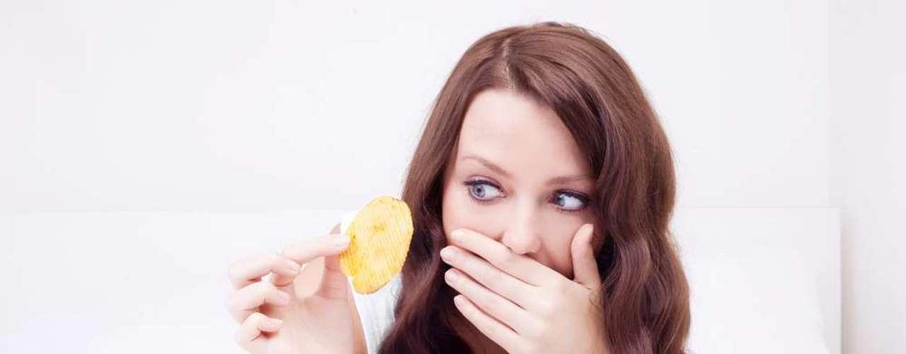 Mientras comemos, muchos residuos se adhieren a la boca, sirviendo como alimento para las bacterias que forman la placa bacteriana, y también para los gérmenes que se abrigan en la lengua.