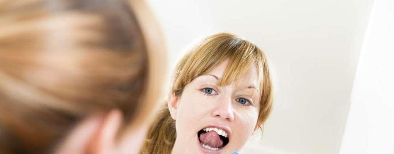 Si alguna vez has notado que tu lengua lucía un color distinto  blanquecino o amarillo  entonces probablemente estabas con la lengua sucia. La solución para este problema es sencilla. Basta incluir en tu higiene oral un limpiador lingual