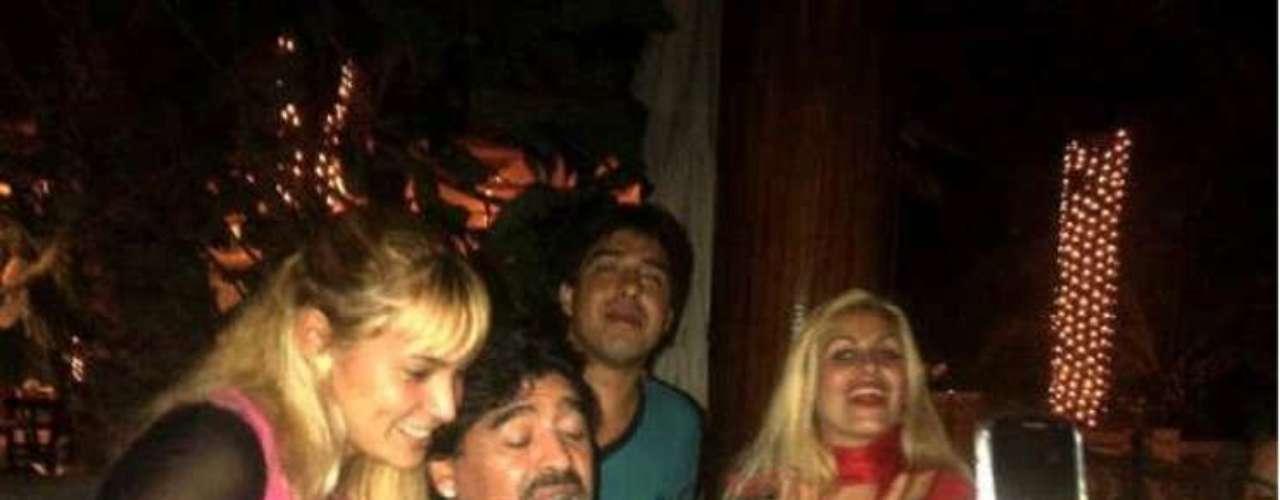 La nueva pareja se habría conocido a través del dueño del bar al que a Maradona le gusta ir en Mar del Plata.