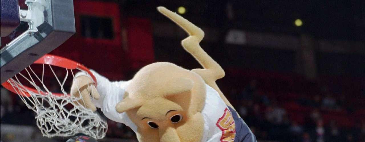 9. Rocky the Cougar: Rocky ha sido un elemento básico en los juegos de los Nuggets desde 1990, volando por el aire con volcadas acrobáticas, y tratando su famoso tiro de media cancha hacia atrás. Rocky tuvo una relación conflictiva con el actual analista de TNT, Charles Barkley, cuando era un jugador, con Barkley yendo tan lejos como para perforarle con una roca en la cabeza y derribarlo. Rocky fue lanzado en el último partido de Barkley como Houston Rocket, donde el Chuckster se coló en un último golpe después de que ambos se dieron la mano.