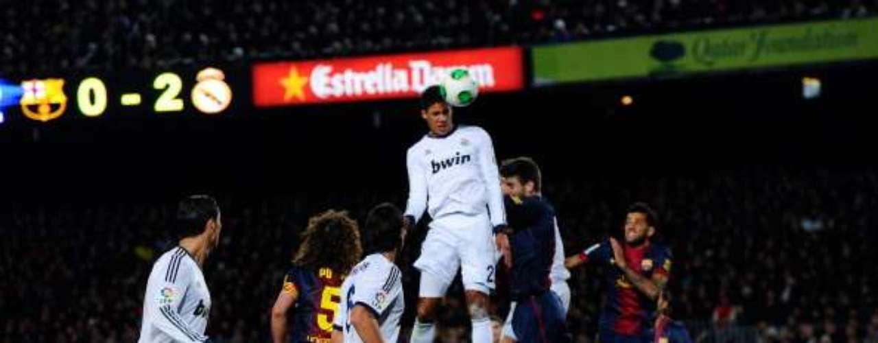 Varane cabecea ante Piqué para anotar el tercer gol.