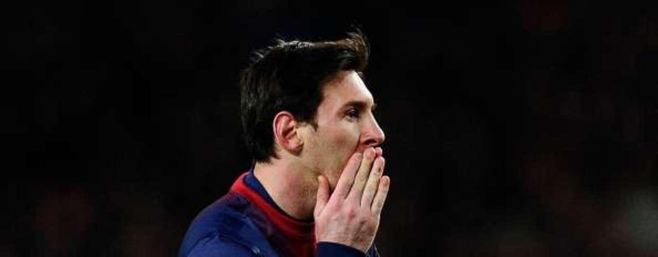 Messi se lamenta por una ocasión perdida.